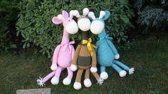 As girafinhas estão sentadas no jardim à espera das princesas e dos príncipes.
