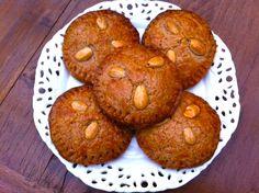 Ingezonden door Agnes: gevulde speculaaskoeken. Nu de pepernoten en chocoladeletters alweer massaal in de winkels liggen kom ik ook alweer helemaal in de stemming om zelf ook gevulde speculaas(koeken) te gaan maken. Tijd: 20 min. + 1 uur laten rusten in de koelkast + 25 min. in de oven Recept voor 14-16 koeken Benodigdheden: 300...Lees Meer »