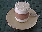 """500 g Magerquark  1 Dose Kokosmilch, (naturbelassen)  100 g Kokosraspel  150 g Schokolade, geraspelte, zartbitter  1 Pck. Vanillezucker   n. B. Zucker  Alle Zutaten mischen und nach Belieben süßen. Die Creme wird nach einigen Minuten fest, da die Kokosraspel die Feuchtigkeit aufnehmen. Wenn sie zu fest wird, einfach einen """"Schluck"""" Milch zugeben. Wer die Creme vorbereitet und sie länger im Kühlschrank aufbewahren will, sollte deshalb direkt etwas mehr Kokosmilch/ Kuhmilch zufügen."""