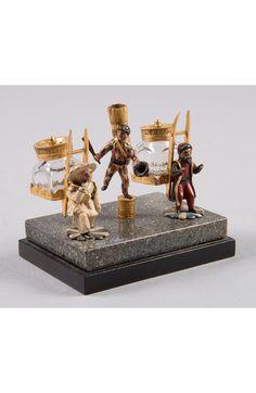 Tintenfässer mit drei Figuren