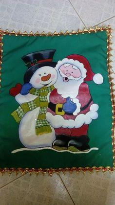 625fb7fc55f52 Cojin navideño pintado en tela de muñeco de nieve y papa Noel.. por  Andreina C. Vera