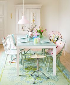 If you want to create a shabby chic dining room style, here are several ways for you. First of all, you can start with the shabby chic dining room colors. Deco Pastel, Pastel Room, Casa Color Pastel, Pastel Colors, Pastels, Pastel Palette, Salle Pastelle, Comedor Shabby Chic, Home Interior