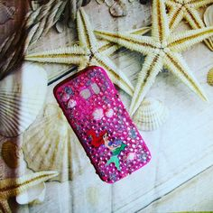 Dagli abissi dell'oceano vi presento la custodia in beach style....una colata di strass e swarovski e conchiglie atlantiche dipinte a mano abbracciano la sinuosita' di Ariel..👑💗🐳🐙🐚🌞💗👑 #covercase #cover #creatività #creation #handmade #princess #disneyfairies #disneyworld #Disney #ariel #colcuore #swarovski #strass #sea #mare #conchiglie #shell #painting #Samsung #fantasy #fantasia #ispiration #ispirazione