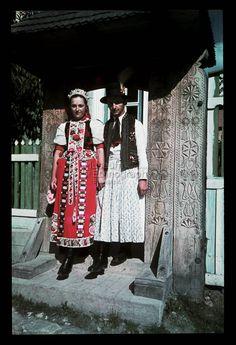 Hungarian couple from Kalotaszeg, NHA Néprajzi Múzeum, Diapozitív-gyűjtemény Folk Costume, Costumes, Traditional Clothes, Medan, Budapest, Embroidery Patterns, Lace Skirt, Apron, Earth