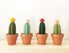 Os cactos de feltro Felt Cactus custam 95,62 reais cada na bysahrah, no Etsy