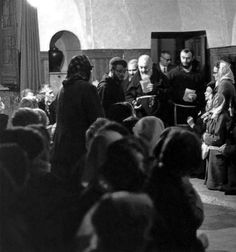 Padre Pio entra nella Sagrestia vecchia, affollata di fedeli