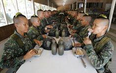 Un gruppo di nuove reclute femminili del corpo dei marines filippini a Cavite. (Romeo Ranoco, Reuters/Contrasto) Internazionale » Home
