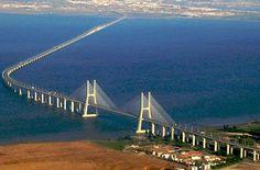 Ponte de Vasco de Gama in Lissabon: Diie Ponte de Vasco de Gama ist mit ihren 17 Kilometern die längste Brücke Europas. Benannt wurde das imposante Bauwerk nach dem gleichnamigen Seefahrer, der den Seeweg nach Indien entdeckte. Pünktlich zur Expo 98 ist das architektonische Meisterstück gebaut und eröffnet worden.  Foto: wiki/Fusslkopp