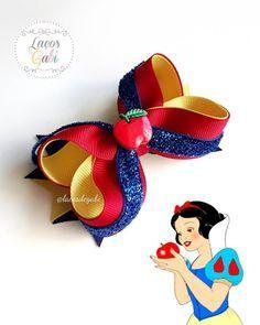 No automatic alt text available. Princess Hair Bows, Girl Hair Bows, Girls Bows, Baby Bows, Baby Headbands, Disney Hair Bows, Making Hair Bows, Diy Bow, Diy Hair Accessories