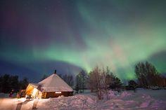 Taivas loimusi vihreän ja punaisen sävyissä Rovaniemen Sinetässä jouluaattona.