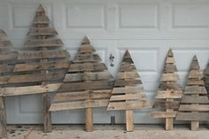How To Make These Shabby Chic Christmas Trees From Wooden Pallets How To Make Thes Christmas Tree Yard, How To Make Christmas Tree, Christmas Signs Wood, Wooden Christmas Trees, Wooden Tree, Christmas Tree Themes, Xmas Trees, Christmas Ideas, Shabby Chic Christmas