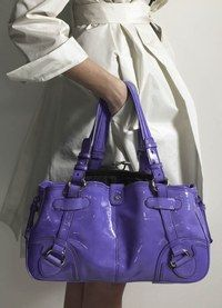Sac Double Tote Shiny grand modèle en veau vernis bleuet Céline  - Mode de la rue, styles 2007 - Ce sac luxueux dans un format pratique, pour vous accompagner dans vos emplettes ou aller au bureau, dévoile un superbe coloris bleuet. Une teinte décallée et si tendance qu'elle révèlera votre personnalité de modeuse invétérée...