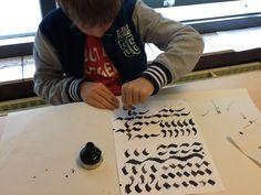 Kalligrafie met kinderen.  Startopdracht:  Wasknijper met inkt of gekleurde ecoline. Vervolgopdracht:  Letters schrijven met wasknijper (b.v. eigen naam) Opdracht:  We maken hiervan een boekenlegger, deze wordt gelamineerd.