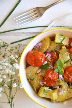 Salade de pommes de terre, tomates cerises rôties et aromates ~ Sauce citronnée http://www.lesrecettesdejuliette.fr