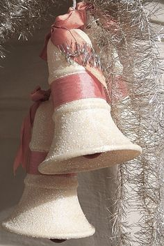 (via MY PINK CHRISTMAS / Bells)  I have these bells too!