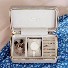 Travel Jewellery Box, Jewelry Roll, Jewellery Boxes, Jewelry Case, Apple Watch Bands Fashion, Travel Box, Luxury Jewelry, Watches, Beige