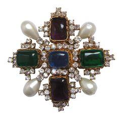 Broche Chanel vintage http://www.vogue.fr/joaillerie/carnet-d-adresses/diaporama/faubourg-saint-germain-bijoux-vintage-site-en-ligne-boucheron-van-cleef-arpels-suzanne-belperron-cartier-chanel-zolotas/11398/image/671410#faubourg-saint-germain-bijoux-vintage-site-en-ligne-van-chanel-gripoix