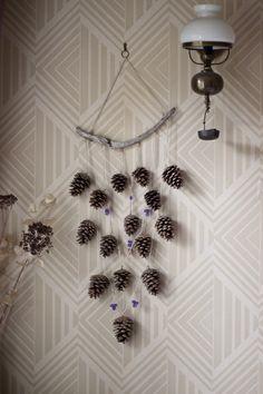 Suspension murale naturelle - bois flotté, pommes de pin et perles de verre