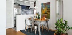 Balcão multifuncional entre cozinha e living é vedete de apê com 60 m²