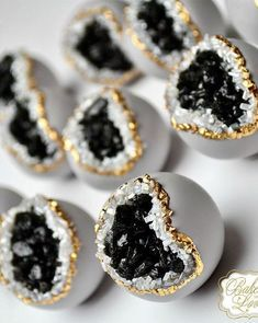Wedding Cake Recipes 10 Geode Sweets That Are Too Pretty To Eat - Remember the geode cakes we wrote about last year? They were a huge hit and the Internet was obsessed, so this time we present to you - geode sweets. Bolo Geode, Geode Cake, Cakepops, Mini Cakes, Cupcake Cakes, Shoe Cakes, Beautiful Cakes, Amazing Cakes, Crystal Cake