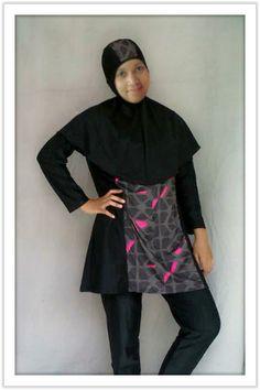 Kode: BRMD201417, Harga: IDR 285.000. Baju renang muslimah dewasa dengan desain longgar berwarna dasar hitam kombinasi motif abstrak. Model baju dan celana renang terpisah, dilengkapi jilbab panjang yang menutupi dada dan topi yang disisipkan motif. Resleting diletakkan di depan baju untuk memudahkan pemakaian. Bahan baju renang adalah Spandex-Lycra yang sangat nyaman dipakai.