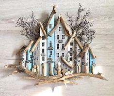 Feride Hanım'ın ilk kez instagram üzerinden yaptığı alışveriş benimle oldu. Bana güvendiği için @feridekirgoz Hanım'a çok teşekkür… Driftwood Projects, Driftwood Art, Creation Deco, House On The Rock, Cardboard Crafts, Cardboard Boxes, Beach Crafts, Wooden Art, Miniature Houses