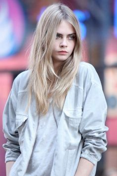 Are you fan of Cara Delevingne? Would you want to look like to her? Here are 20 gorgeous Cara Delevingne's long hairstyles. Delevigne Cara, Cara Delevingne Hair Color, Cara Delvingne, Brown Blonde Hair, Look Fashion, High Fashion, Girl Crushes, Hair Inspiration, Supermodels
