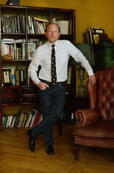 Preppy look with RL tie  and leather fauteuil