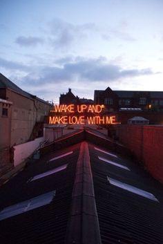 Canzoni d'amore al neon: le scritte accese sui tetti