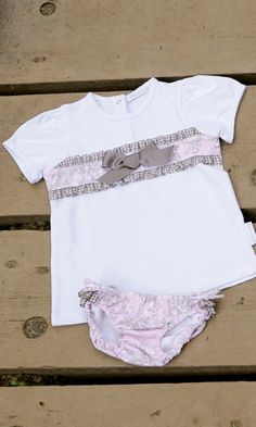 BRAGUITA Y CAMISETA TOILE DE JOUY ROSA. Braguita de lycra y camiseta toile de jouy rosa, disponible en tallas 6-12-18 meses y de la 2 a la 8 años. También se confecciona en azul. Se venden por separado.