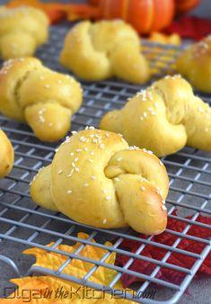 Pumpkin Knots Recipe + Video - Olga in the Kitchen Jello Recipes, Best Dessert Recipes, Cheesecake Recipes, Fun Desserts, Breakfast Recipes, Most Popular Desserts, Pavlova Recipe, Macaroon Recipes, Pastry Recipes