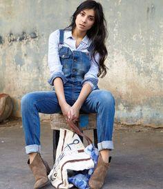 Le denim cool façon total lookPorté avec des mini boots en daim et une chemise chambray, ce modèle va nous transformer en cow girl moderne! Salopette en denim stone, 59,99 euros, Bonobo