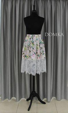 Dámska letná bledoružová kvetovaná sukňa s pásom na gumu. Dolný kraj doplnený bielou krajkou.  Materiál veľmi príjemný jemný satén, vhodný na leto. dĺžka: satén 40 cm + 25 cm krajka Veľkosť: UNI pás: od 60 do 80 cm dĺžka: 40 cm satén+ 25 cm krajka Leto, Ballet Skirt, Skirts, Design, Fashion, Moda, La Mode, Skirt, Fasion