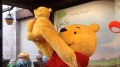 And here we have Winnie the Pooh Lion-King-ing a smaller Winnie the Pooh Disney And More, Disney Love, Disney Magic, Disney Pixar, Walt Disney, Disney Characters, Disney Stuff, Pooh Bear, Tigger
