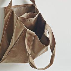 Crochet Bag Tutorials, Triangle Bag, Creative Bag, Fabric Tote Bags, Bottle Bag, Sewing Leather, Basket Bag, Shopper Bag, Knitted Bags
