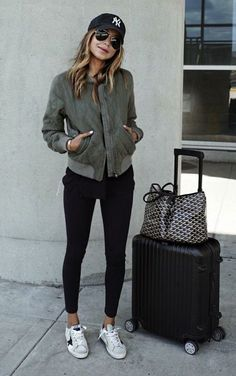 Take a look at 25 best airport style winter outfits to copy to your next flight in the photos below and get ideas for your own outfits! Beyond obsessed with this look like a comfy and cute outfit for flying. Mode Outfits, Winter Outfits, Summer Outfits, Fashion Outfits, Airport Travel Outfits, Traveling Outfits, Airport Clothes, Fashion Shoot, Hongkong Outfit Travel