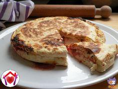 Gusto pizza in pochi minuti: focaccia in padella con pomodoro e mozzarella