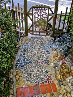Yard Project in 2005 -- Stone Garden Paths, Stone Walkway, Garden Stones, Spanish Landscaping, Backyard Landscaping, Side Garden, Garden Art, Yard Edging, Front Yard Garden Design