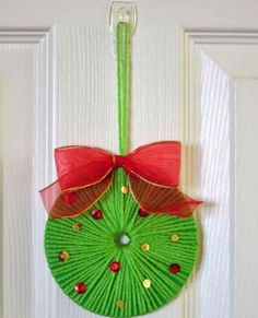 ~ Pin on Rustic X'mas Decoration ~ Use yarn to turn an old CD into a beautiful Christmas wreath. It's fast, easy, and fun! Noel Christmas, Christmas Crafts For Kids, Christmas Projects, Simple Christmas, Holiday Crafts, Christmas Wreaths, Christmas Decorations, Christmas Ornaments, Snowman Ornaments