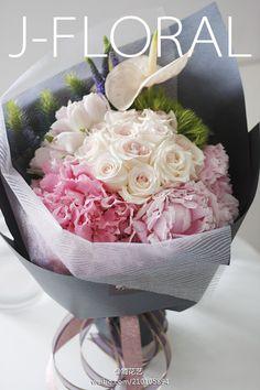 求婚花束,三朵饱满的芍药芬芳四溢,还有温柔如水的卷边绣球。