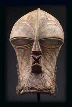 Songye, DR Kongo: Eine außergewöhnliche 'Kifwebe-Maske'.