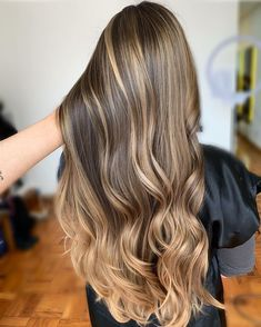 Are you looking for best hair colors to apply for long hair? Just see here, we have made a collection of fantastic long balayage colored hairstyles Blonde Hair Looks, Brown Blonde Hair, Blonde Honey, Ombre Hair Color, Cool Hair Color, Hair Colour, Hair Highlights, Caramel Highlights, Gorgeous Hair