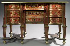❤ - Beau bureau Mazarin, à trois faces en placage d'écaille rouge et de cuivre, à décor gravé. Epoque Louis XIV