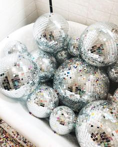 We're getting all the happy party vibes from this tub full of disco balls + … In dieser Wanne mit Discokugeln und Konfetti erleben wir [. Disco Party, Disco Ball, Mirror Ball, A Little Party, Happy Party, Photo Wall Collage, Nouvel An, Oui Oui, New Years Party
