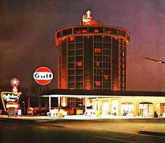 "larger metropolitan Holiday Inn with Gulf station. The ""round"" hotel (location unknown, but several were built) Hotel Motel, Plaza Hotel, Round Building, Old Gas Stations, Vintage Hotels, Tower Design, Vintage Architecture, Round House, Googie"