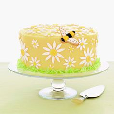 A daisy cake! Butter cake with lemon frosting and fondant daisies. Daisy Cakes, Bee Cakes, Lemon Frosting, Buttercream Frosting, Beautiful Cakes, Amazing Cakes, Pretty Cakes, Mini Cakes, Cupcake Cakes