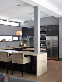 VEL BEKOMME: Kjøkkenløsningener åpen og godt integrert i stuearealet.Skuffene og…