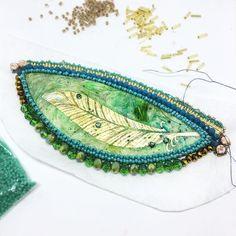 Ieri sera dopo cena ho deciso di ricamare qualche perlina per rilassarmi.... ho proseguito fino all'una di notte !      #archidee #workinprogress #wip #embroidery #embroiderybeads #beads #beading #perline #rocailles #crystals #incastonatura #embedding #jewelry #jewelrymaking #jewelrymaker #jewelrydesign #jewelrydesigner #fashion #fashiongram #instafashion #instastyle #accessori #golden #green #beautiful #beauty #design #piuma #feather #style