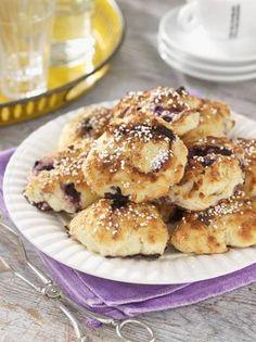Baka bullar med mandelmassa och blåbär. Det gör bullarna saftiga och gör garanterat succé på fikabordet. Receptet ger ca. 20 bullar att mumsa på.