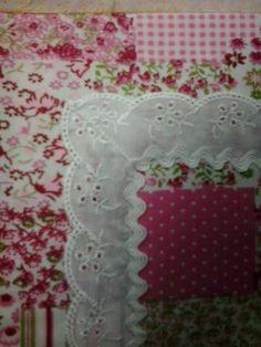 Detalhe do tapetinho de oração com bordado.